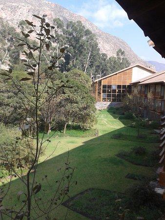 Vista A Los Andes Y Detrás De Los árboles El Rio Urubamba