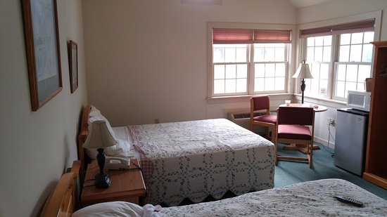 Spruce Lane Lodge & Cottages: Clean and Comfortable room.... lots of natural light.
