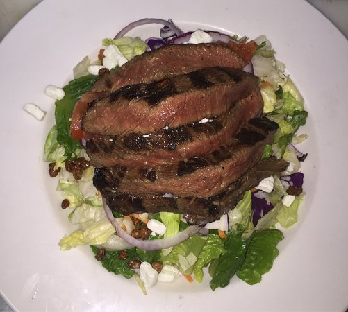 Fort Erie, Canadá: I noticed that the Sirloin salad went up in price.This salad is $16 now.But lets think where els