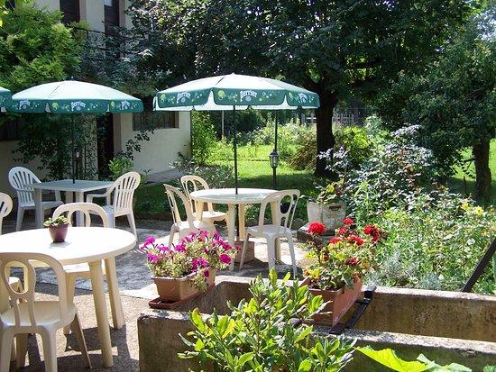 L'auberge de Chaussin : petit dejeuner en terrasse