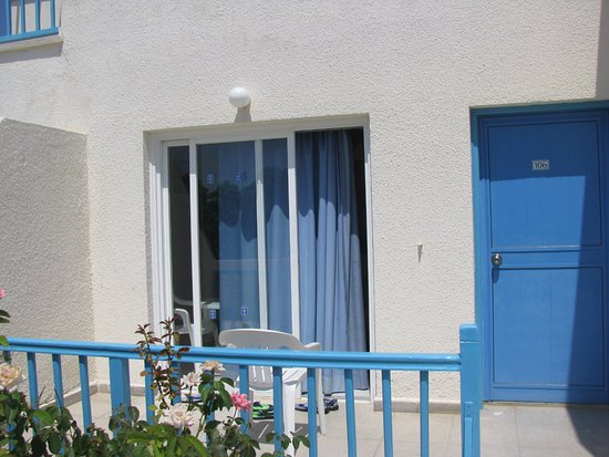 Sunny Hill Hotel Apartments: терраса перед входом в номер