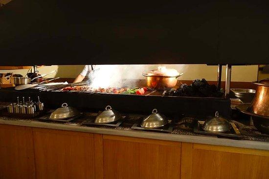 Khorasani Restaurant: Kabob cooking in the kitchen