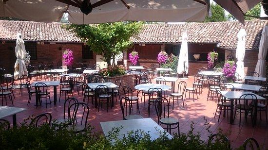 Castelnuovo Rangone, Italia: Garden tables