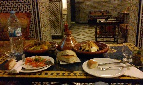 Dar Mehdi : Camera e cena