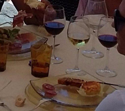 Country Resort and SPA Capo Nieddu: tre antipasti in uno: due fette di salsiccia, sformato di pecorino e terrina di pomodori