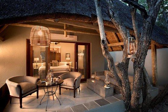 Ngala Private Game Reserve, África do Sul: Cottage-Veranda-at-andBeyond-Ngala-Safari-Lodge