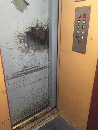 Orange Village Hostel: лифт