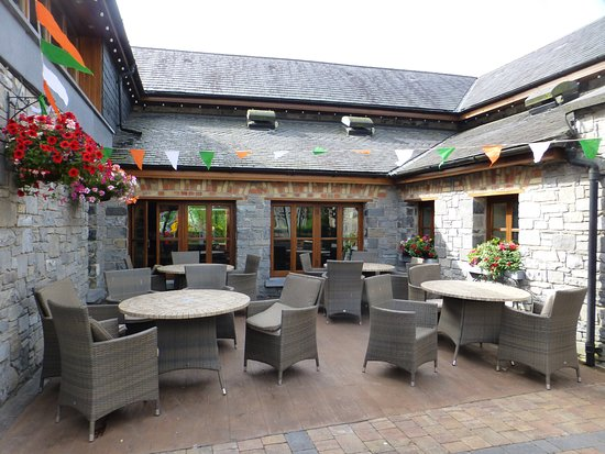 Leixlip, Ireland: courtyard seating