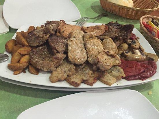 Villamayor, España: Parrillada de carne por 15€. Rico y barato