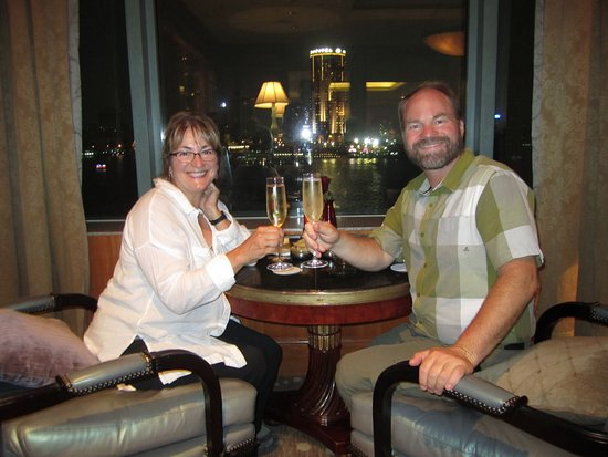 Four Seasons Hotel Cairo at Nile Plaza: Drinks looking over the Nile River!
