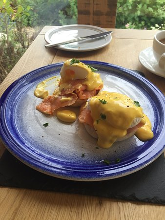 Hopton House Bed and Breakfast : Eggs Benedict - fabulous!