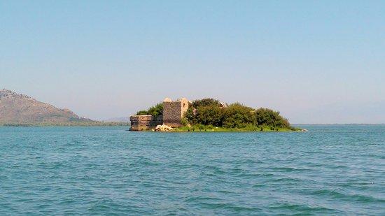 Lake Skadar: Бывшая тюрьма.