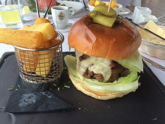 Mood Beach Club: What a burger !!