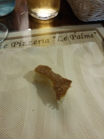 Atrani, Italia: Pezzo di pane incriminato (fotografato così, appena ci è stato portato..)