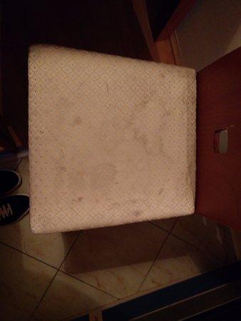 Leda Apartments: Fijaros la porquería que tienen las sillas. Increíble. Un robo