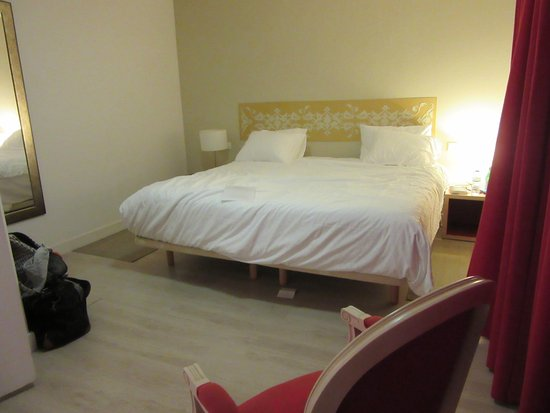 Connelles, Francja: Spacious bedroom