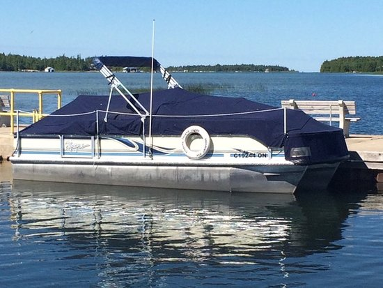 Wiarton, Canadá: Comfortable pontoon boats.