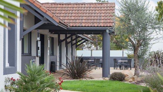 Kyriad Niort : Terrasse de l'hôtel