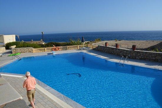 Nicolas Apartments: Blick über den Pool zum Meer