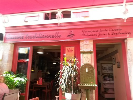 Saint-Benoit-du-Sault, فرنسا: le restaurant est sa fontaine