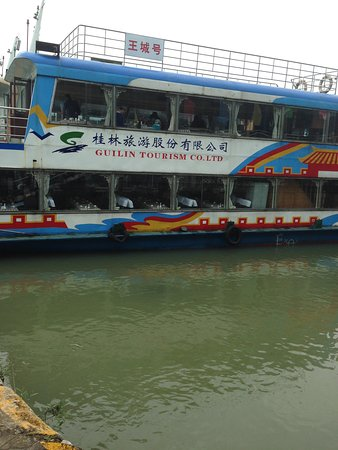 Guangxi, Kina: TOur tourist boat on Li River