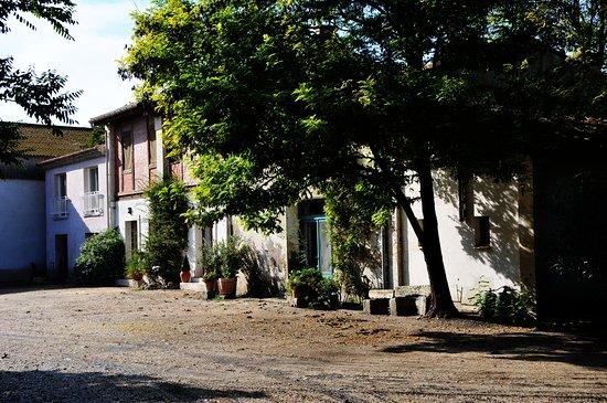 Vauvert, France: Cour principale du mas des Iscles