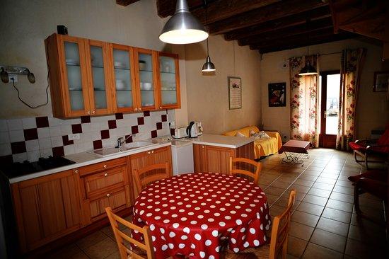 Vauvert, France: Salon et cuisine du gîte Le Petit Atelier