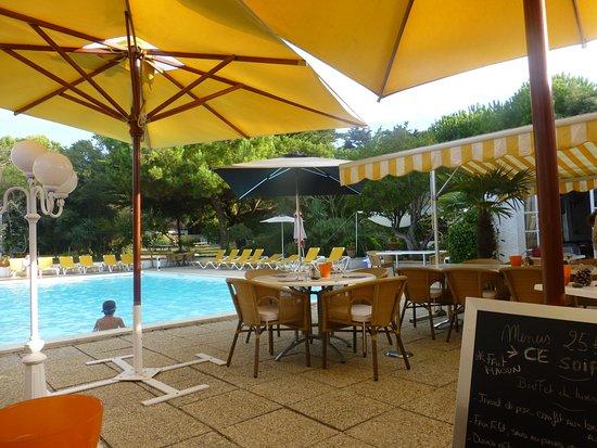 Les Gollandieres : Terrasse avec parasols en bord de piscine