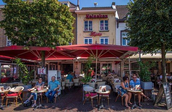 Sittard, Países Bajos: Tapas Cantina foto van buitenaf met terras
