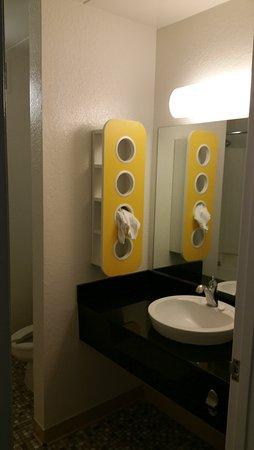 Motel 6 Merrillville: Face Bowl area in bathroom