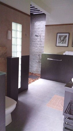 Aanavilasam Luxury Plantation House: Spacious bath room