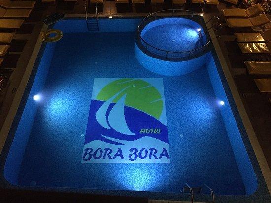 Bora Bora Hotel: Pool at night