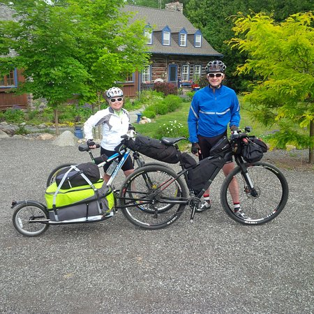 Uxbridge, Canadá: Cyclists leaving for the Trans Canada Trail