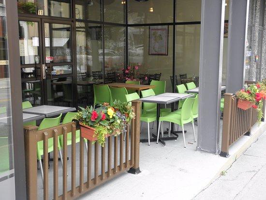 Restaurant thaïlandais Chanchai: Une terrasse invitante ouverte de mai à octobre