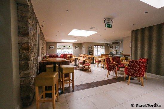 Allingham Arms Hotel: Zona donde se puede picar algo de comida/cena o tomar una pinta.
