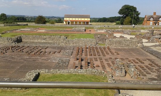 Wroxeter, UK: Across the site with the Roman House in the background