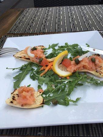 Ristorante Lilienthal: Grispini mit Lachs und Kapern auf Zitrone und eine leckere Pizza, welche überdurchschnittlich wa