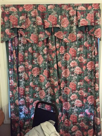 Mayfield, Canada: Awful old curtains