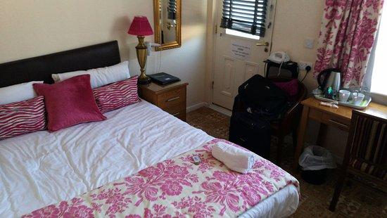 Gwesty'r Marine Hotel: Otherwise well-presented room