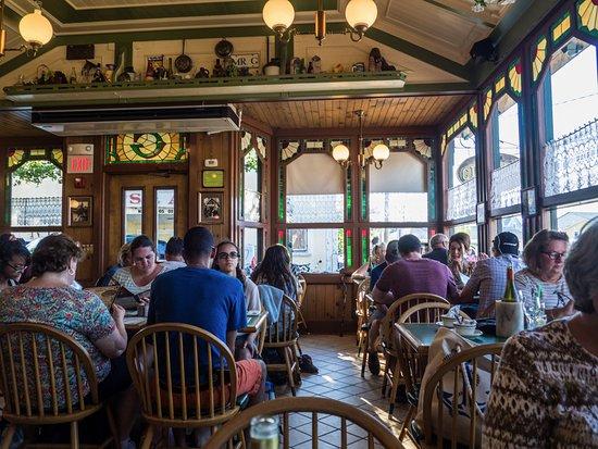 Giordano's Restaurant & Clam: Bright and cheerful interior