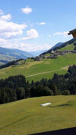 Kartitsch, Austria: Veduta dall'Hotel sulla verdeggiante Valle Pusteria