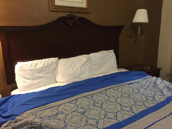 Grand Canyon Gateway Inn: King Bed with bedspread