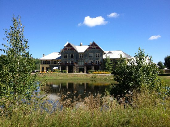 Calabogie, كندا: Back view of hotel from slam camping area, overlooking the pond