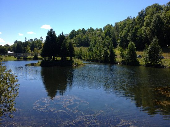 Calabogie, Kanada: Standing on a small bridge overlooking the pond