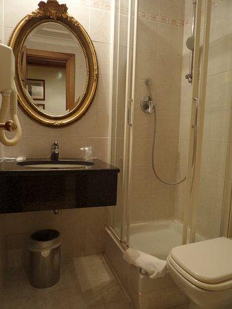 Hotel Archimede: bathroom