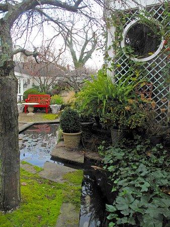 Washington, Вирджиния: Courtyard Stream & Pond