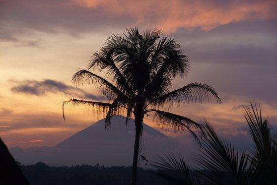 Penebel, Indonesien: lever de lever depuis la chambre du haut sur le mont agung