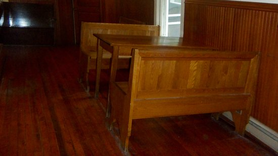 Kabetogama, MN: Creative leveling of table and booth
