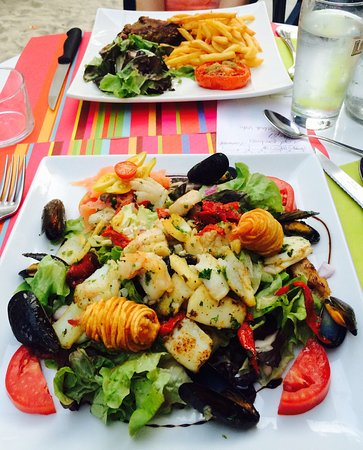 Montaigu-de-Quercy, ฝรั่งเศส: Salade Pecheur - amazing hot seafood beautifully presented. Confit du Canard - fantastic!