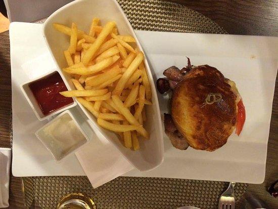 Mercure Bratislava Centrum: Nydelig hamburger med tilbehør.